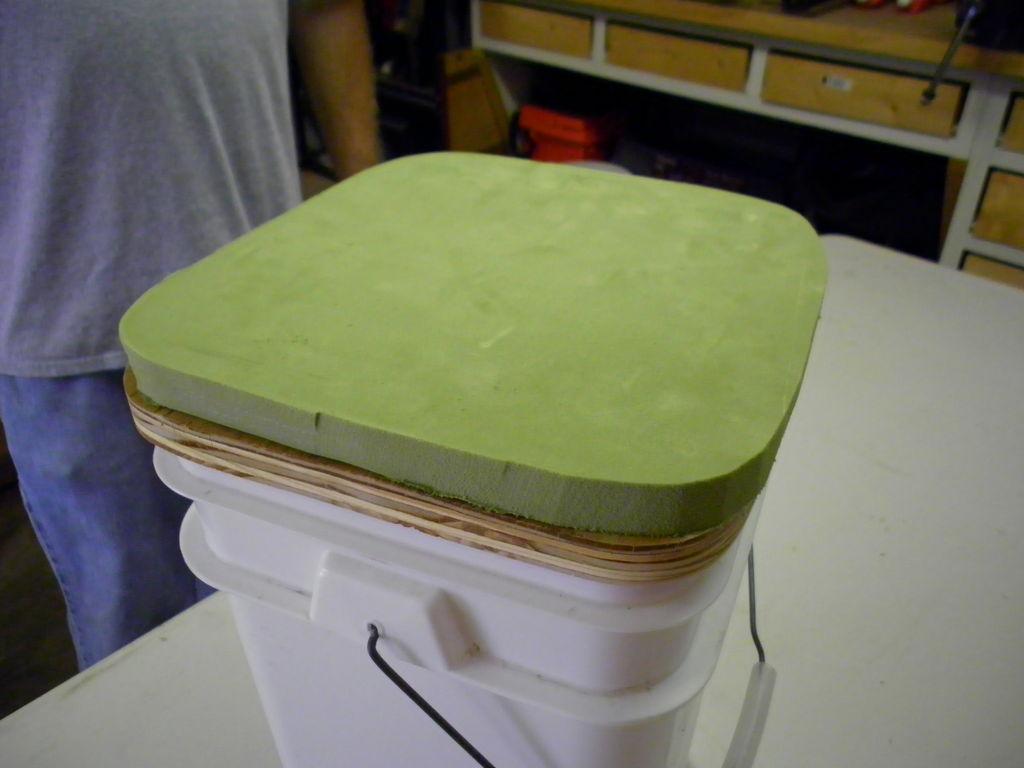 Стульчик для зимней рыбалки и коробка для снастей из ведра своими руками